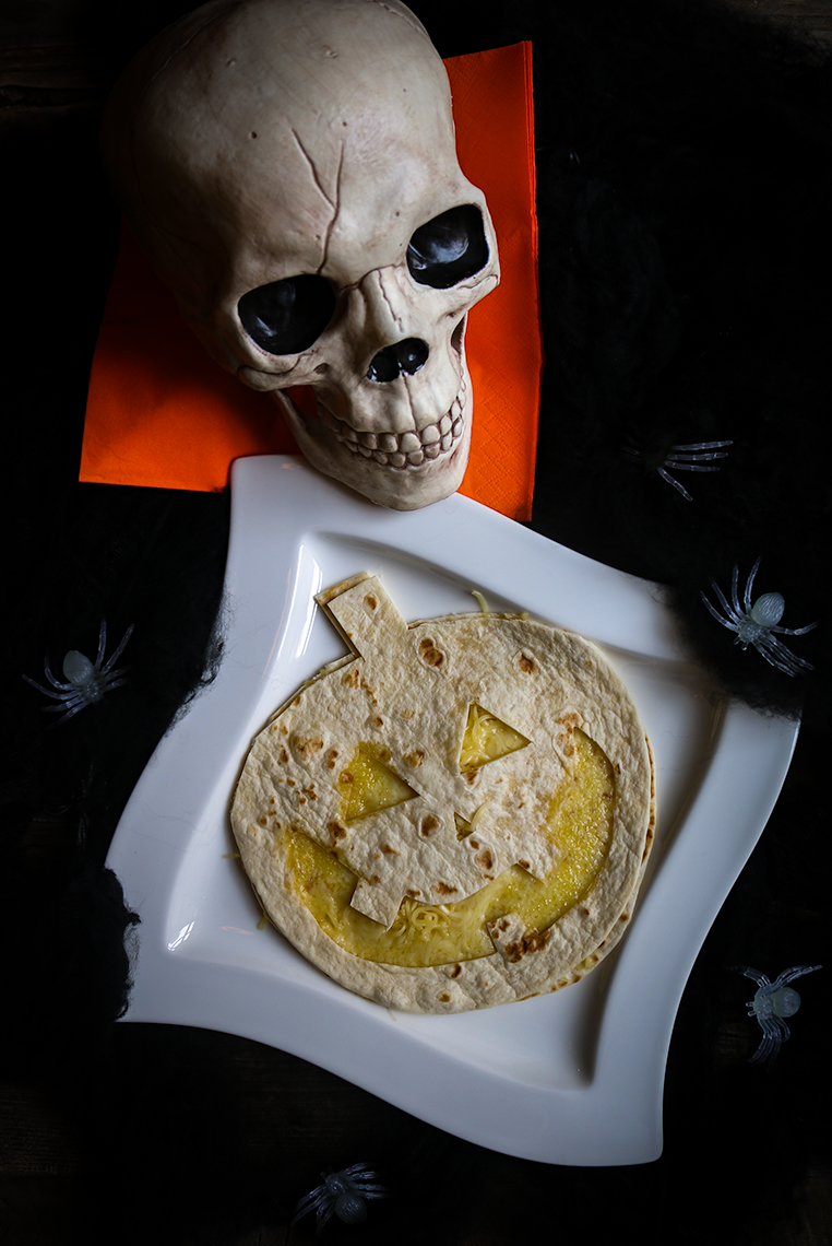 läskiga halloween tortillas