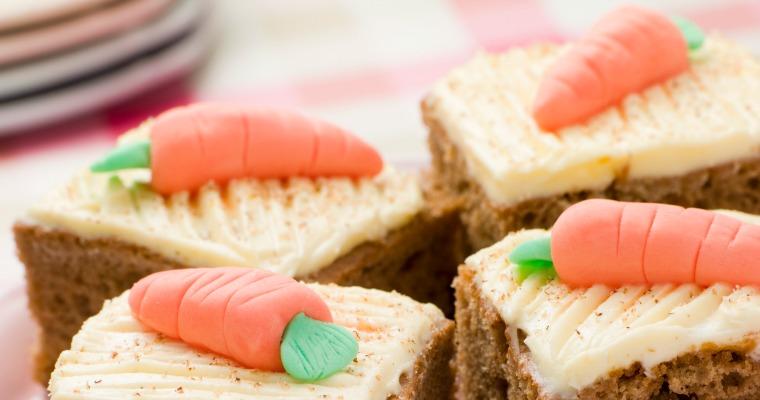 Söta små morötter till kakan